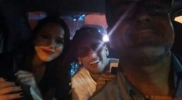 Bruna Marquezine e Neymar posam com  motorista (Foto: Reprodução)