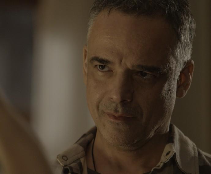 A sós com a jornalista, o produtor musical põe um fim na relação dos dois (Foto: TV Globo)
