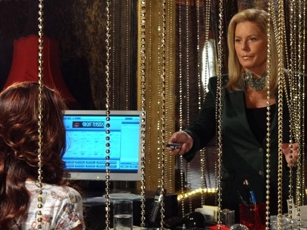 Irina entrega gravador para Rosângela (Foto: Salve Jorge/TV Globo)
