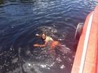 Andressa Urach nada no rio Amazonas durante gravação