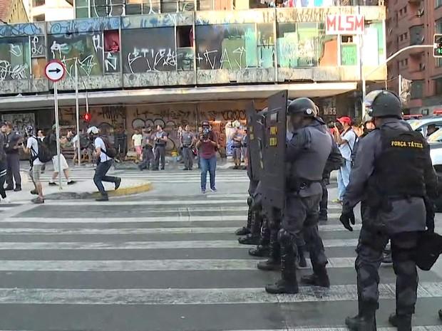 Polícia se prepara para reagir à aproximação dos estudantes  (Foto: TV Globo/Reprodução)