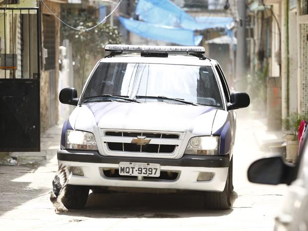 A polícia chega enquanto Bia está com os traficantes (Foto: Raphael Dias/ Gshow)