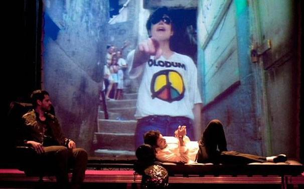 A peça é inspirada na história do fã Leandro Lapagesse, dono da maior coleção sobre Michael Jackson da América Latina (Foto: Divulgação)