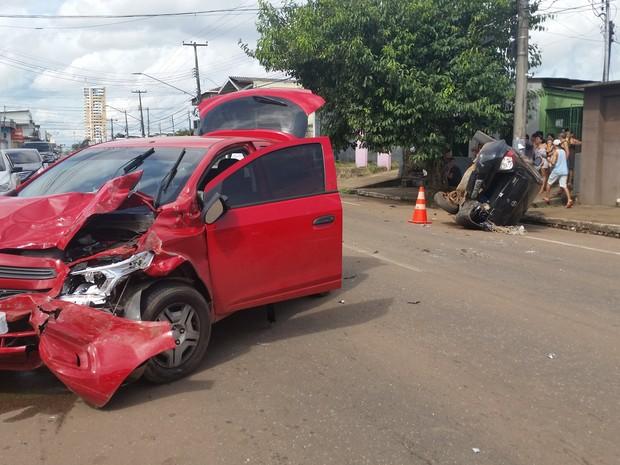 Carro vermelho colidiu na trazeira do preto, causando o capotamento, segundo informaram populares à polícia (Foto: Toni Francis/G1)