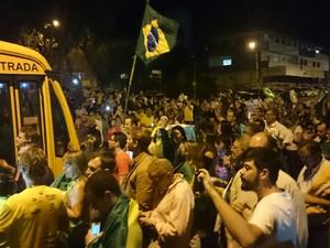 Dezenas de manifestantes estão em frente à Justiça Federal em Curitiba (Foto: Alberto D´Angele/RPC)
