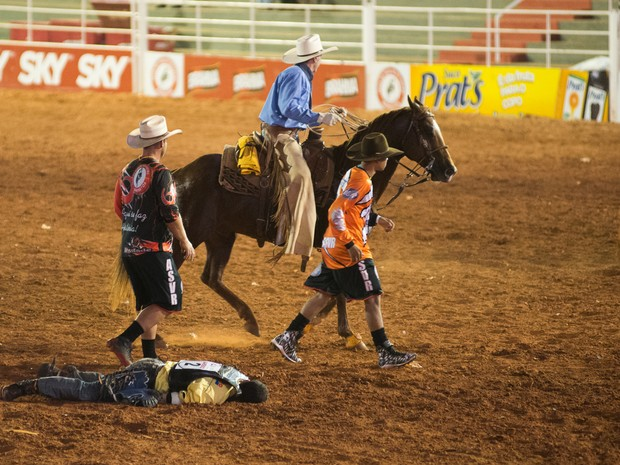Peão fica desacordado na arena após cair de cavalo durante prova (Foto: Érico Andrade/G1)