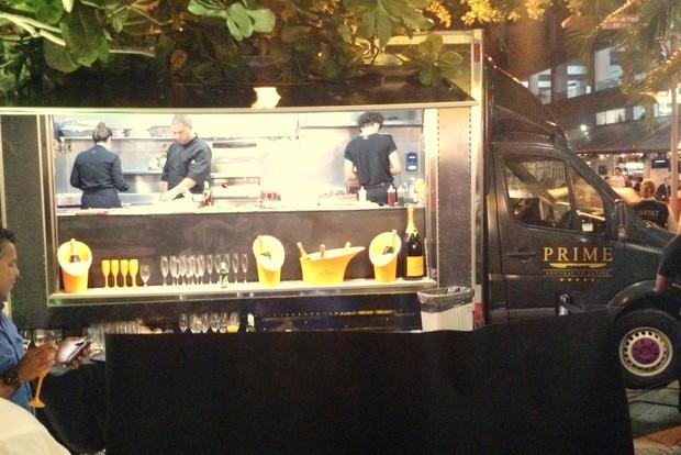 Um food truck foi a atração na inauguração na loja de André Marques, no Rio (Foto: Léo Martinez/EGO)