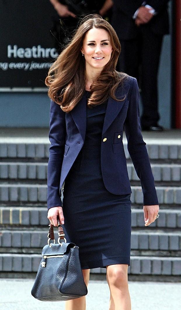 Com uma de suas it bags favoritas e da grife britânica Mulberry (Foto: Getty Images)