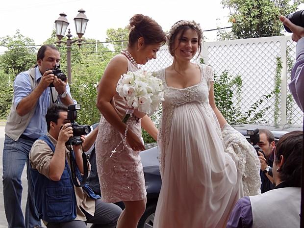 Cristal chega à igreja e é cercada por fotógrafos (Foto: Malhação / TV Globo)