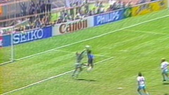 """Maradona relata bronca após gol de mão: """"Cala a boca e continua comemorando"""""""