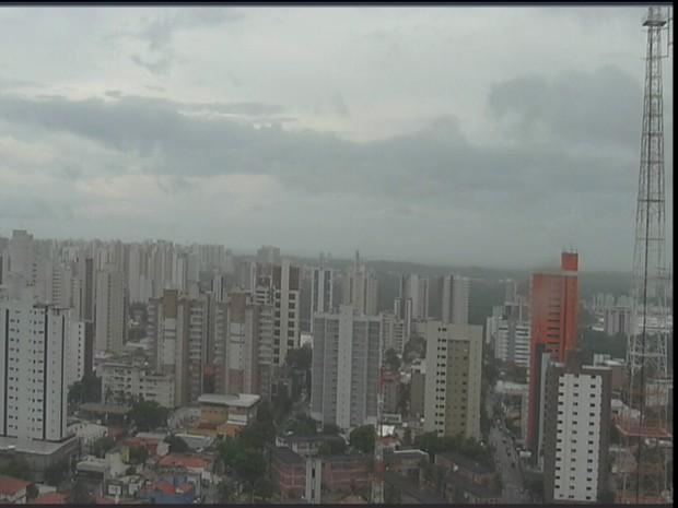 A quinta-feira começou chuvoso em Fortaleza. Monitoramento da Funceme mostra que choveu 42.4 milímetros no Posto Água Fria.  (Foto: Reprodução/TV Verdes Mares)