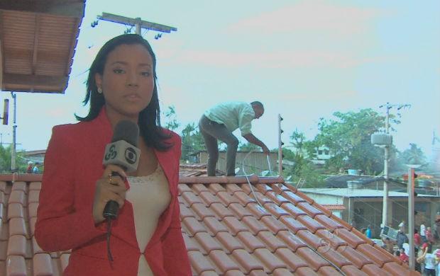 A repórter Carolina Xavier fazendo a cobertura do incêndio. (Foto: Reprodução/TV Amapá)