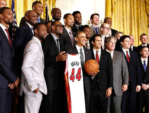 Obama com o time do Miami Heat (Foto: Reuters)