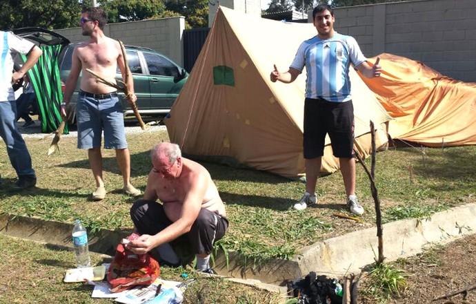 Argentinos fazem churrasco em frente a Cidade do Galo (Foto: Léo Simonini)