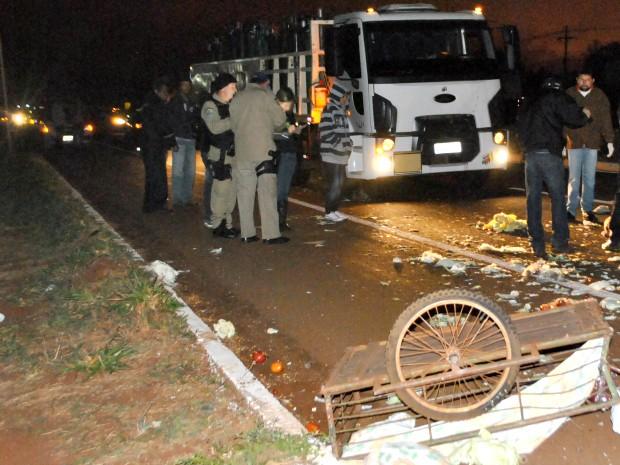 Produtos do feirante ficaram espalhados pela BR-163. (Foto: Osvaldo Duarte/ Dourados News)