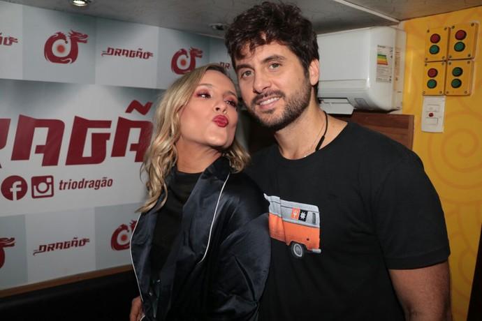 Claudia Leitte do camarim ao lado do marido (Foto: Davi Magalhães / Fortal )