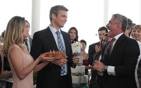 Otaviano Costa ganha bolo de aniversário de Flávia Alessandra durante gravação