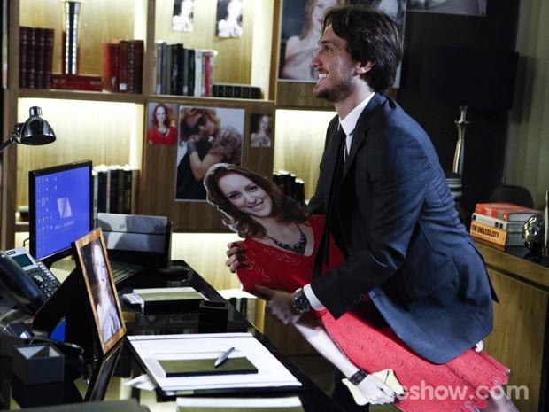 Marcelo abraça a foto de Priscila (Foto: Inácio Moraes/TV Globo)
