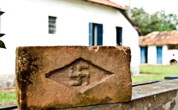 Tijolo dos anos 1930 com suástica nazista encontrado em fazenda no interior de São Paulo que motivou tese do historiador Sidney Aguilar; pesquisa inspirou o documentário 'Menino 23' (Foto: Divulgação)