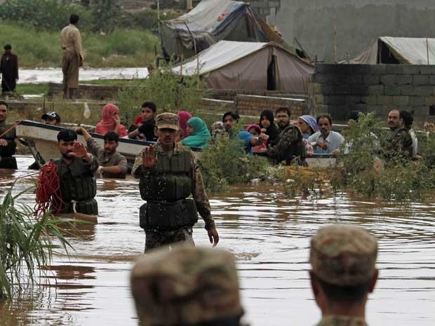 Soldados paquistaneses auxiliam na remoção de desalojados após fortes chuvas. (Foto: Farooq Naeem / AFP Photo)