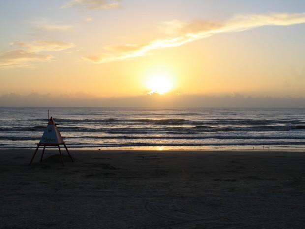 Amanhecer na praia de Capão da Canoa, no Litoral Norte do RS, nesta quarta-feira (4) (Foto: Leonardo Aguiar/RBS TV)