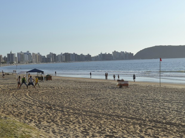 Praia do Morro, em Guarapari, às 7h (Foto: Viviane Machado/ G1)