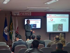 Na imagem, o consultor Paulo Bicalho apresenta projeto de revitalização do distrito industrial para empresários de Pouso Alegre, MG (Foto: Daniela Ayres/ G1)