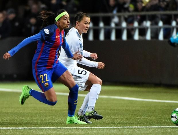 Andressa Alves em lance diante de Ali Riley pela Champions - Rosengard x Barça
