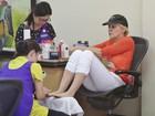 Sem maquiagem, Sharon Stone faz as unhas em salão de Los Angeles