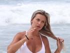 Após se exercitar na praia, Veridiana Freitas mergulha usando biquininho