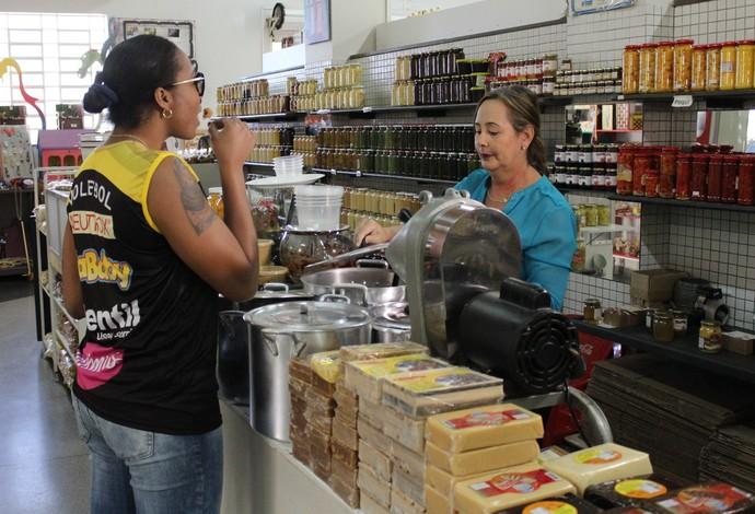 Daymi Ramirez Oposta Praia Clube Vôlei experimenta doce de leite em Uberlândia (Foto: Lucas Papel)