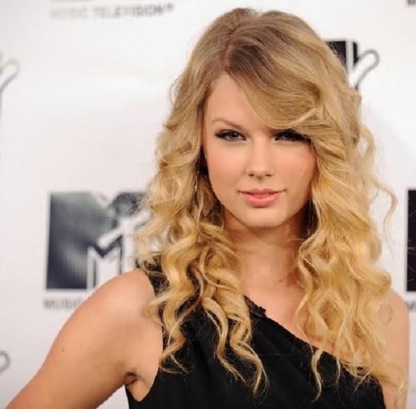 Taylor Swift usa franja cacheada lateral  (Foto: Divulgação )