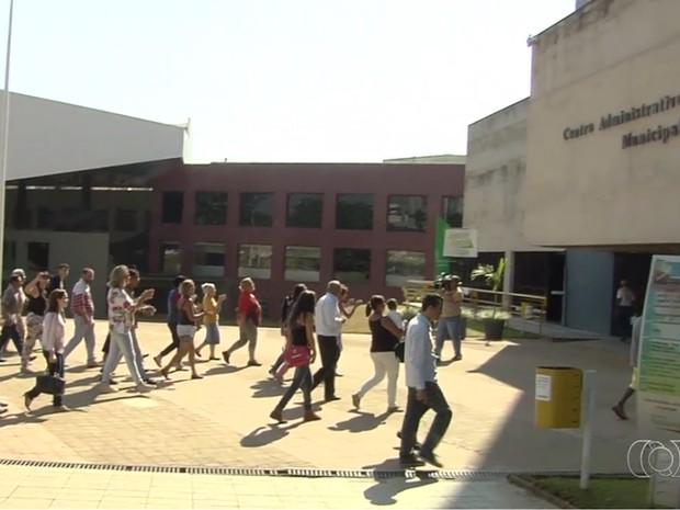 Grupo portesto contra suspensão na hemodiálise em clínicas de Goiânia, Goiás (Foto: Reprodução/TV Anhanguera)