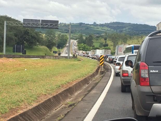 Acidente deixou trânsito interditado na Fernão Dias neste sábado (Foto: Déborah Morato)