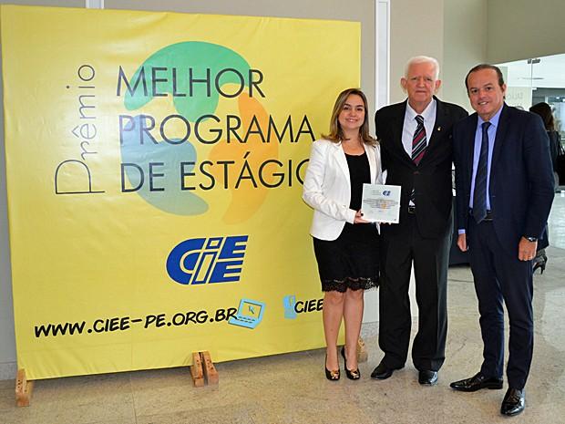 A gerente regional de Capital Humano, Branca Olsen, e o diretor geral da Globo Nordeste, Iuri Leite, receberam o prêmio do CIEE (Foto: Divulgação)