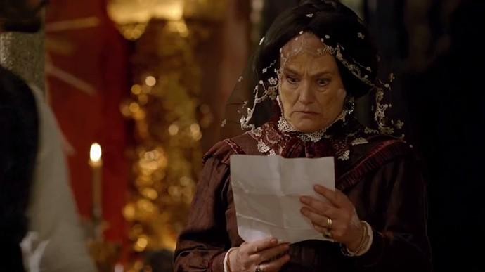 Encarnação fica passada ao ler a certidão de casamento de seu filho (Foto: TV Globo)