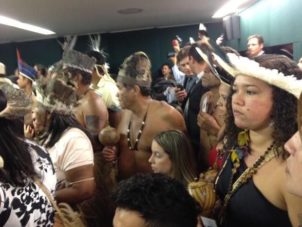 Índios assistem a audiência pública na Câmara sobre demarcação de terras indígenas (Foto: Amanda Lima/G1)