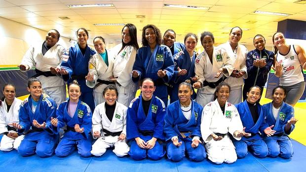 Rosicleia Campos e as meninas da seleção de judô (Foto: Márcio Rodrigues / MPIX/CBJ)