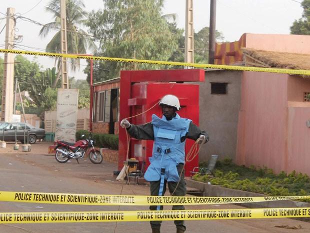 Oficiais em frente ao restaurante La Terrasse, em Bamaco, capital, onde houve um atentado neste sábado (7)  que deixou cinco mortos, incluindo um francês e um belga (Foto: Adama Diarra/Reuters)