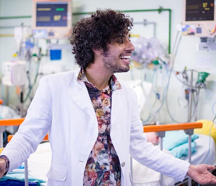 Felipe Haiut atua em hospitais levando arte e música aos pacientes e funcionários (Foto: Ilan Vale/Divulgação)