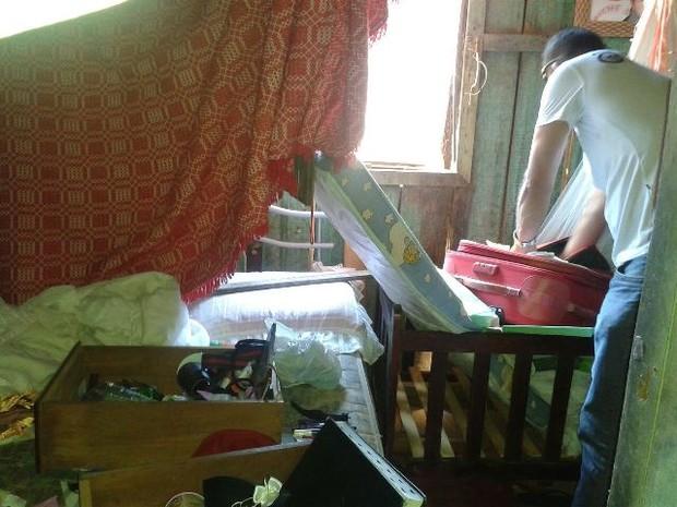 Criança foi achada dentro de casa pelos policiais (Foto: Polícia Civil/ Divulgação)