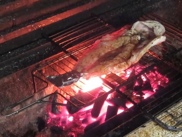 5) Coloque o peixe em uma grelha e leve a uma churrasqueira por 20 minutos, sendo 10 minutos aproximadamente de cada lado (Foto: Larissa Santos/ G1)