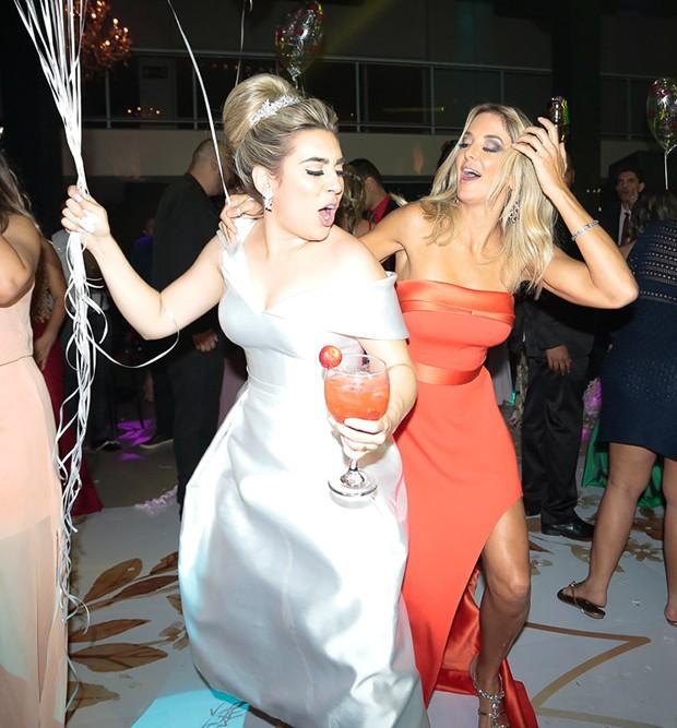 Ticiane Pinheiro se diverte em pista de dança com os noivos Naiara Azevedo e Rafael Cabral (Foto: Rafael Cusato/Brazil News)