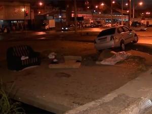 Motorista invadiu passeio onde moradores de rua dormiam (Foto: Imagens / TV Bahia)