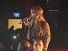 Valesca Popozuda 'maltrata' bailarino em show
