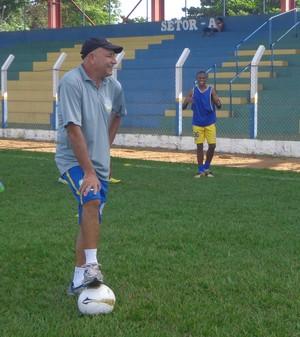 Técnico do Interporto, Carlos Magno, observa treino do elenco para as semifinais (Foto: Vilma Nascimento/GloboEsporte.com)