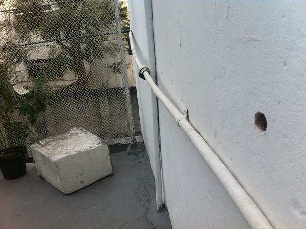 Marcas de tiros podem ser vistas nos muros das casas vizinhas à produtora (Foto: Bernardo Tabak/G1)
