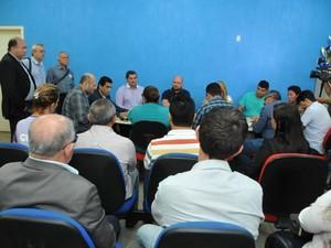Suspensão da lei foi definida em reunião da cúpula governista com comissão formada por vereadores e lideranças sindicais nesta quinta-feira, 16 (Foto: Comdecom/Prefeitura/Porto Velho)