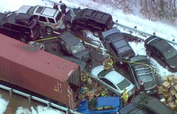 Imagem aérea mostra acidente envolvendo dezenas de veículos na rodovia I-93 em New Hampshire nesta sexta-feira (2) (Foto: WCVB-TV/AP)