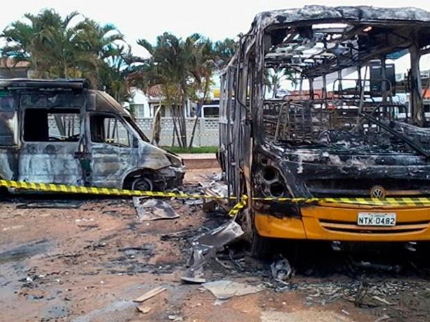 Van e Ônibus incendiados em Correntina, na Bahia (Foto: Denilson Neves/ Site ZDA sítio)